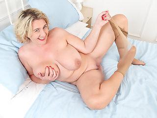 British milf Camilla Creampie gets working close to legs spread wid